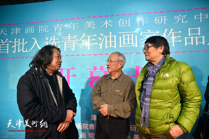 贾广健、张京生、张胜在画展现场。