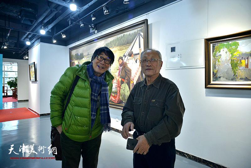 张胜、王琨在画展现场交谈。