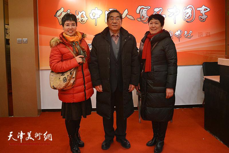 陈宝友与来宾在书法展现场。