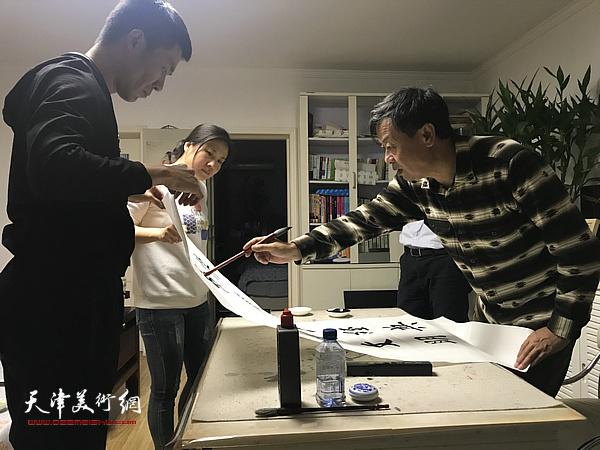 田中荃先生与弟子们交流书艺。