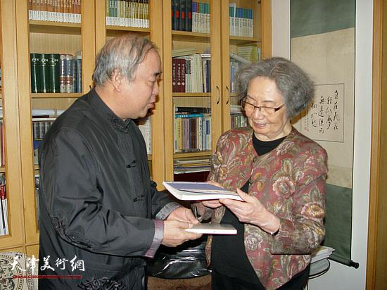 王焕墉先生与中国古典文学研究专家叶嘉莹先生。