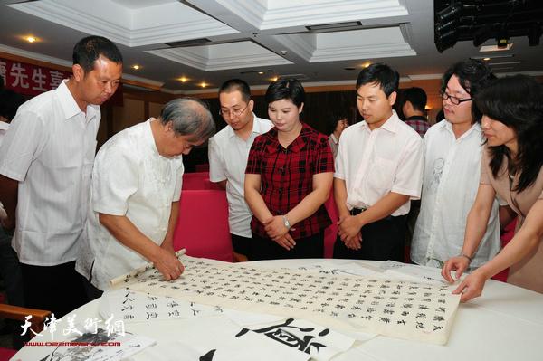 王焕墉先生与弟子们研究书法艺术。