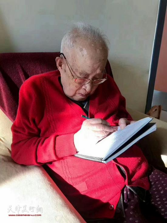 孙其峰先生仍然每天坚持写日记。