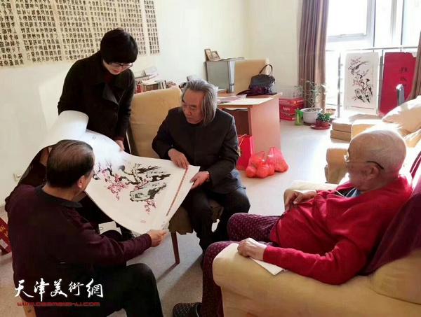 孙其峰先生观看霍春阳戊戌年年历。