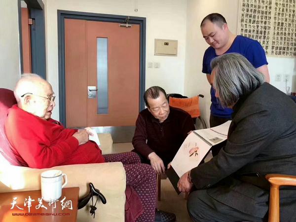 孙其峰先生观看霍春阳戊戌年台历。