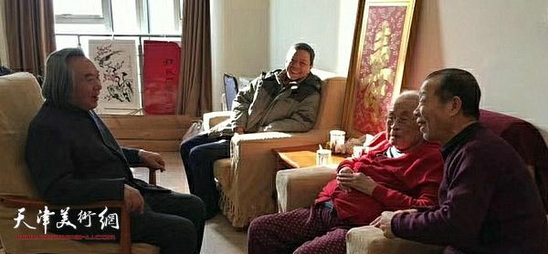 孙其峰先生与霍春阳、李志明、李福平交谈。
