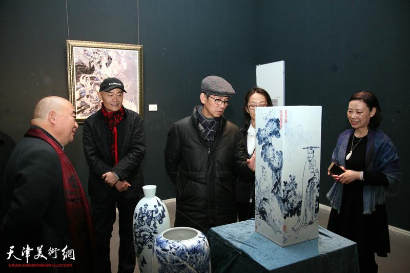 何家英专程观看天之瓷—天瓷画院陶瓷艺术展