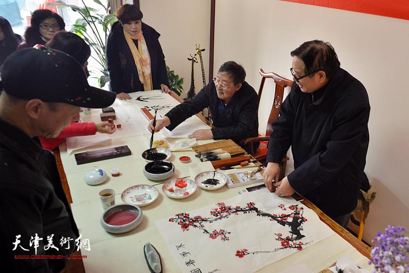 李泽润、赵士英挥毫祝贺武清区诗词楹联艺术家学会成立。
