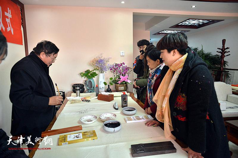 赵士英挥毫祝贺武清区诗词楹联艺术家学会成立。
