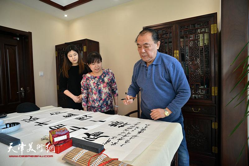 陈传武挥毫祝贺武清区诗词楹联艺术家学会成立。