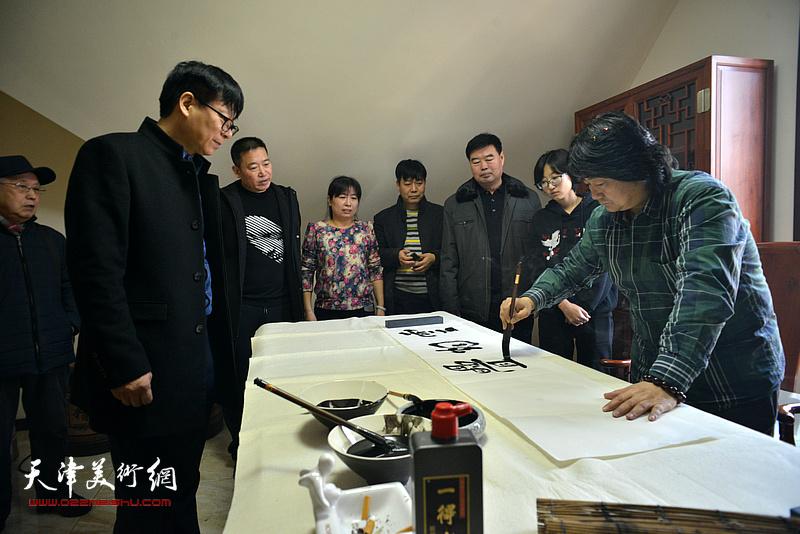 张同明挥毫祝贺武清区诗词楹联艺术家学会成立。