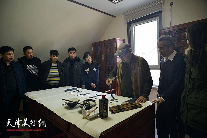 赵清挥毫祝贺武清区诗词楹联艺术家学会成立。