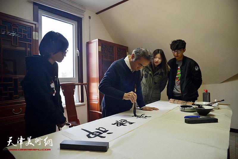 苏玉作挥毫祝贺武清区诗词楹联艺术家学会成立。