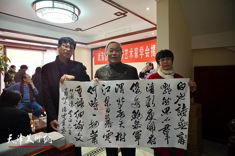 唐云来、张文华、王振江在武清区诗词楹联艺术家学会。
