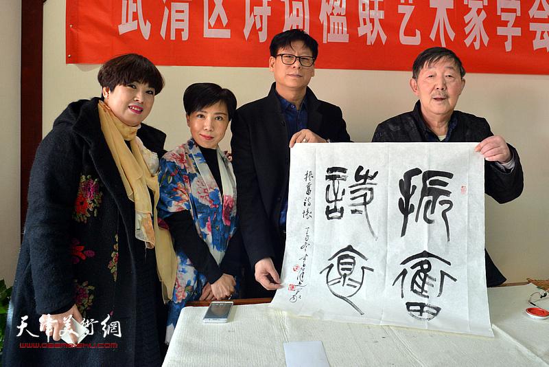 李泽润、王振江在武清区诗词楹联艺术家学会。