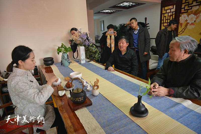 唐云来、李泽润在武清区诗词楹联艺术家学会品茶。