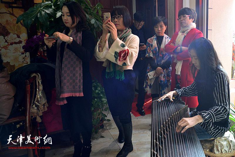 现场古琴演奏为武清区诗词楹联艺术家学会成立助兴。