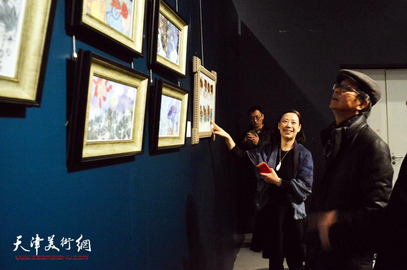 何家英、孙萍茹在展览现场观看作品。