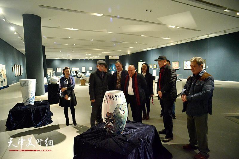 何家英、尹沧海、卢永琇、孙萍茹、项宁在展览现场观看作品。