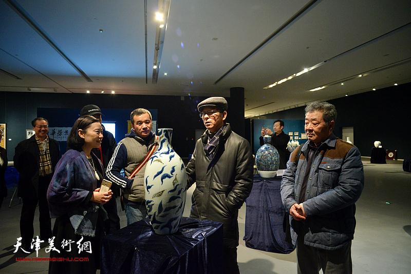 何家英、王其华、刘立刚、孙萍茹在展览现场观看作品。