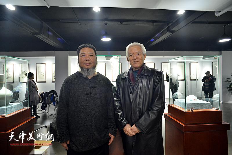 陆福林、张法东在师生艺术展现场。