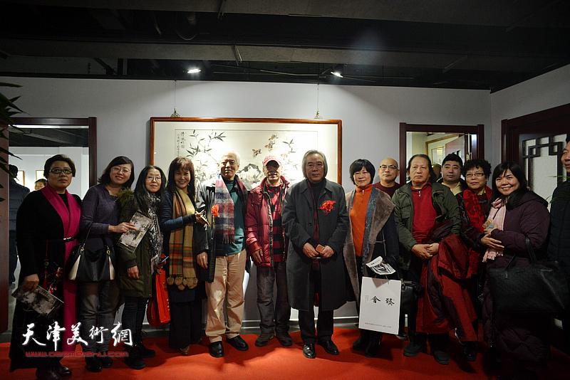 霍春阳、陆福林与嘉宾在画展现场。