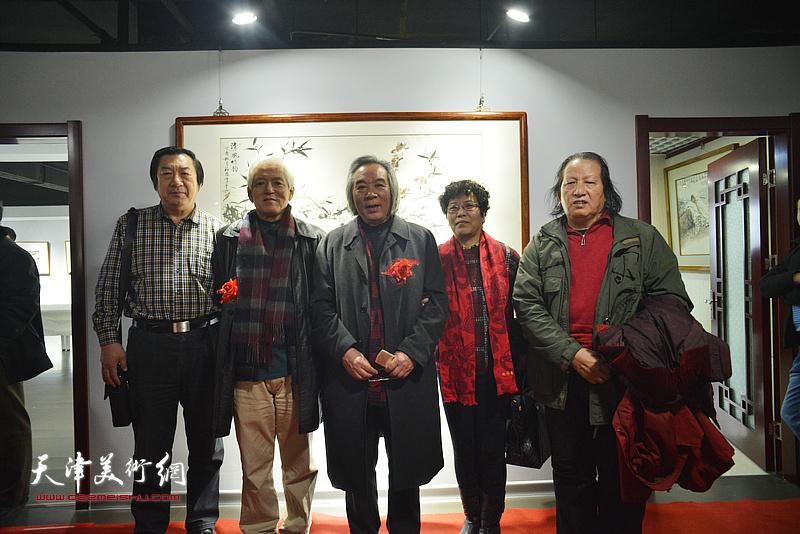 左起:孙玉河、陆福林、霍春阳、李娜、高月冬在画展现场。