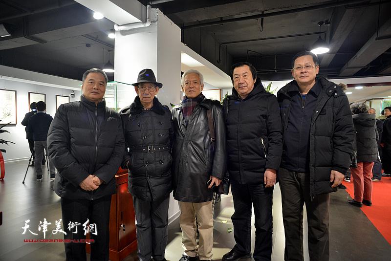 左起:邢立宏、孙芳、陆福林、孙玉河、潘津生在画展现场。
