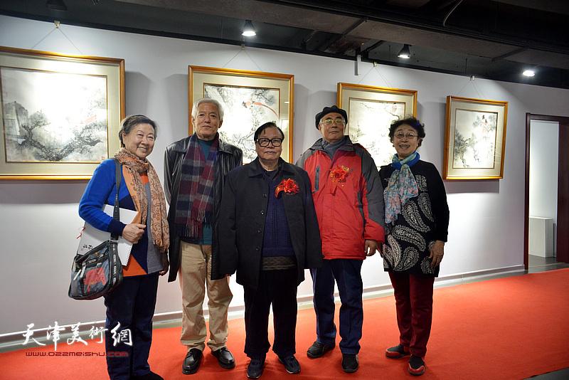 张浦生、陆福林、赵运强与天津美院毕业的学生在画展现场。