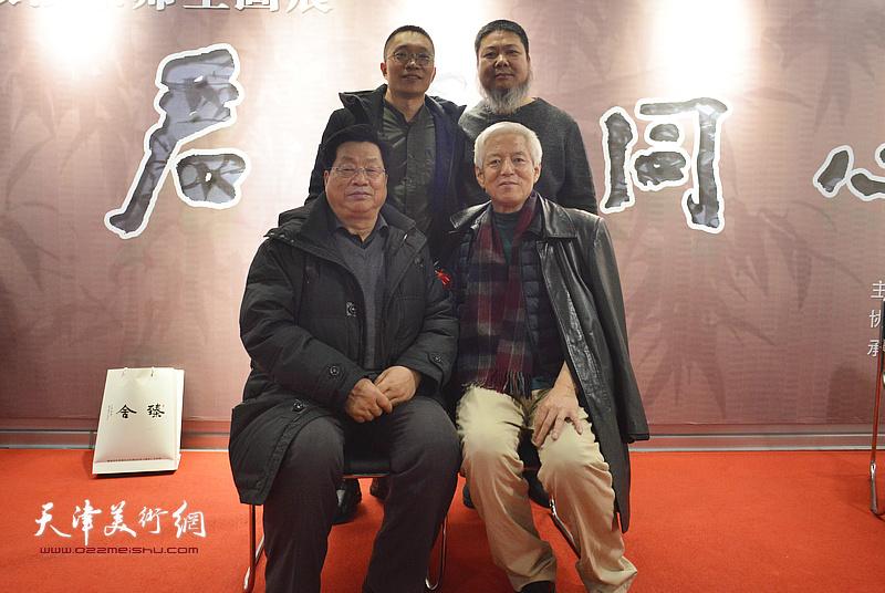 陆福林、张法东与赵海鹏、崔泉在画展现场。