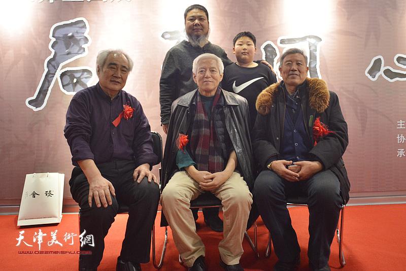 陆福林、张法东与王毓民、陆庆生崔泉在画展现场。
