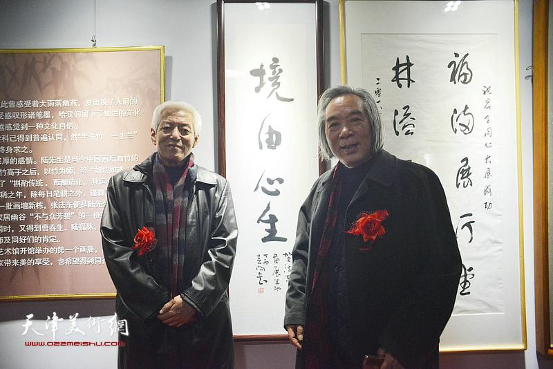 陆福林与霍春阳在画展现场。