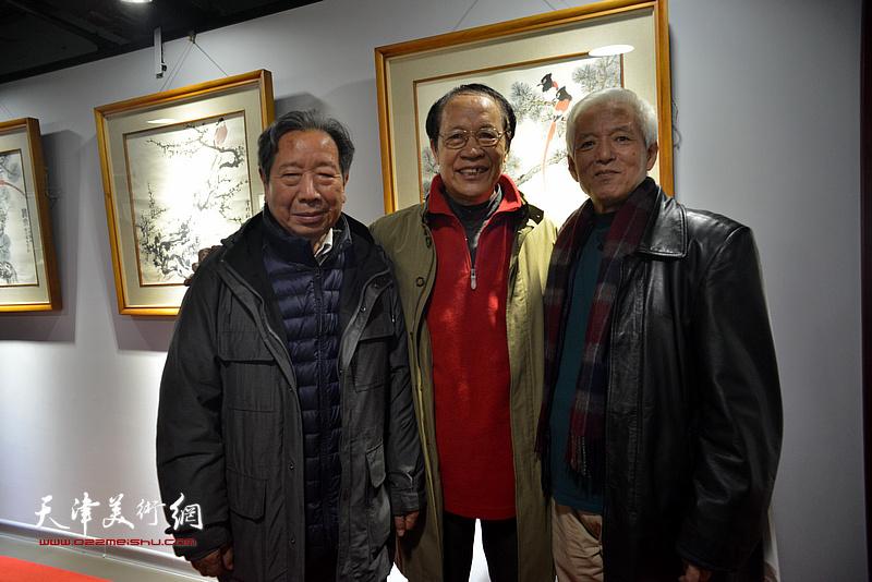 陆福林与杨碧生、曹春生在画展现场。