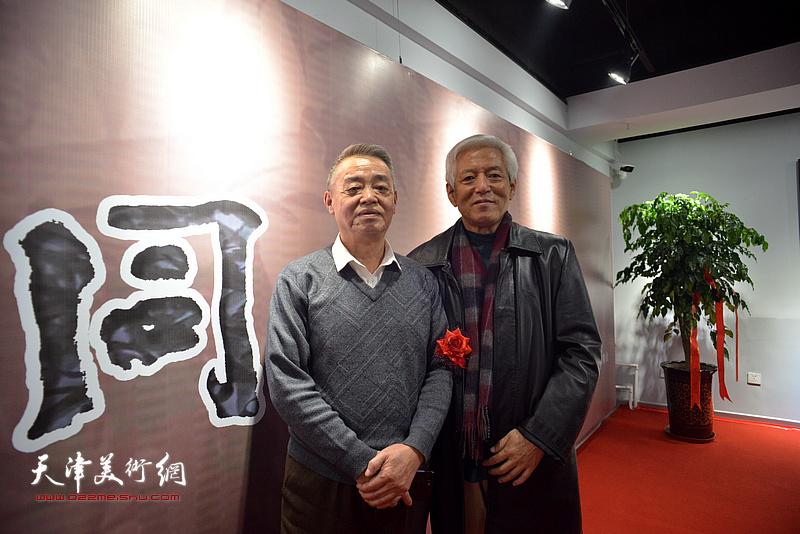 陆福林与马明在画展现场。