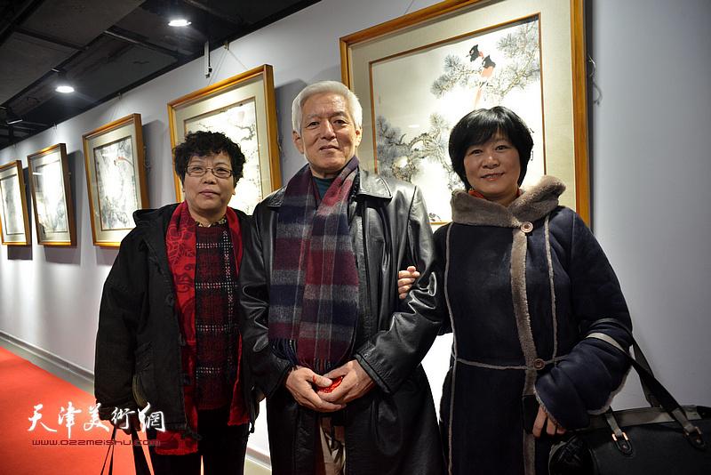 陆福林与李娜、石伟在画展现场。