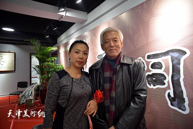 陆福林与陈引玉在画展现场。