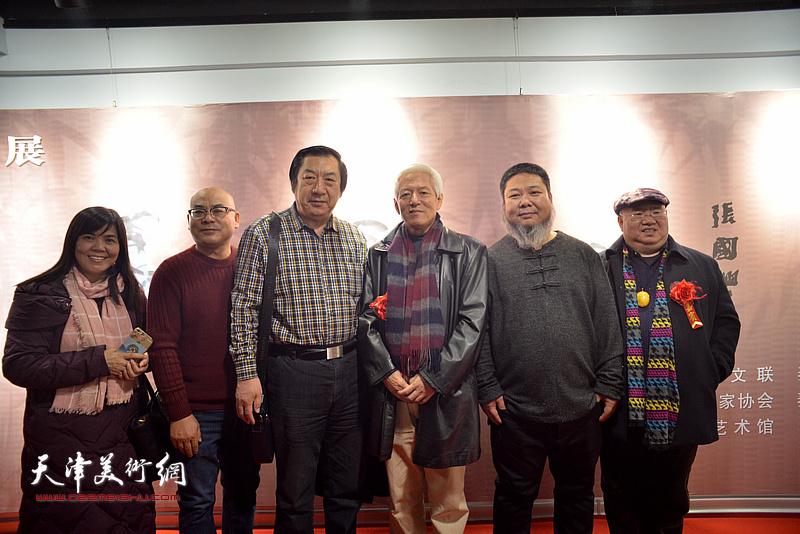 左起:王洪春、沙云怀、孙玉河、陆福林、张法东、同文立在画展现