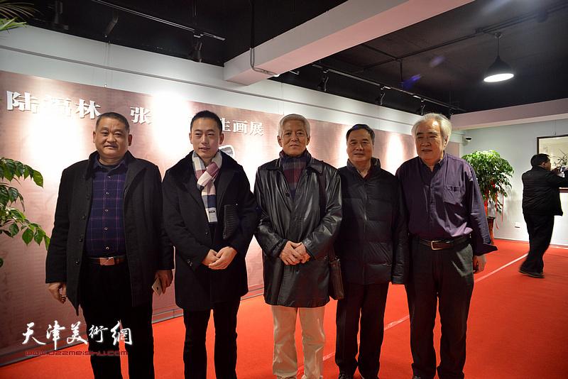 陆福林、邢立宏、王毓民与来宾在画展现场。