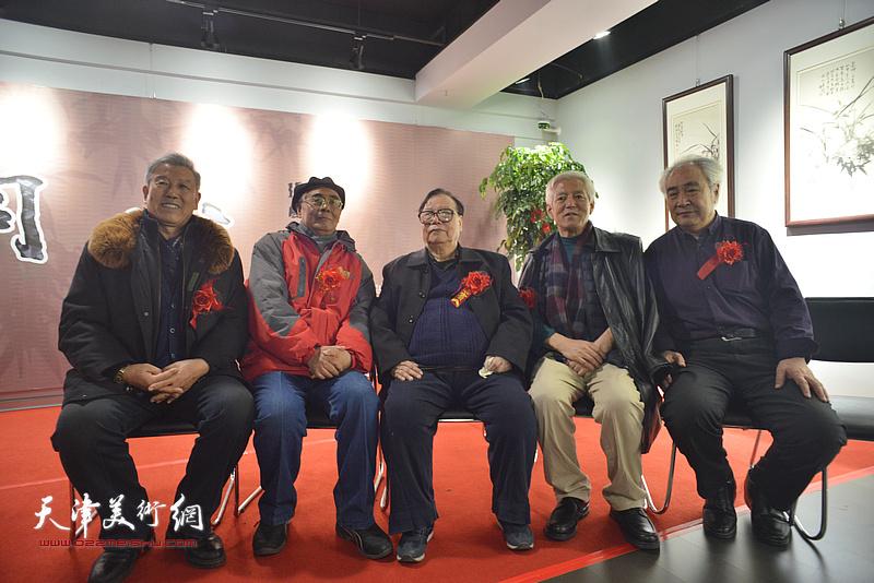 左起:陆庆生、赵运强、张浦生、陆福林、王毓民在画展现场。