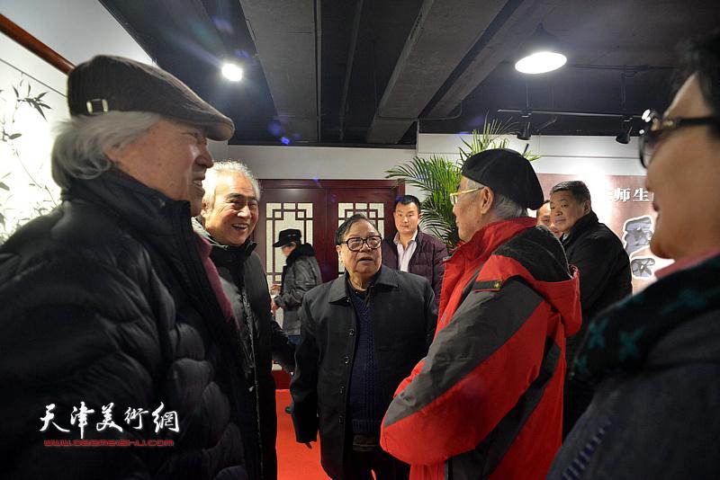 张浦生与张国兴、赵运强、王毓民等在画展现场交流。