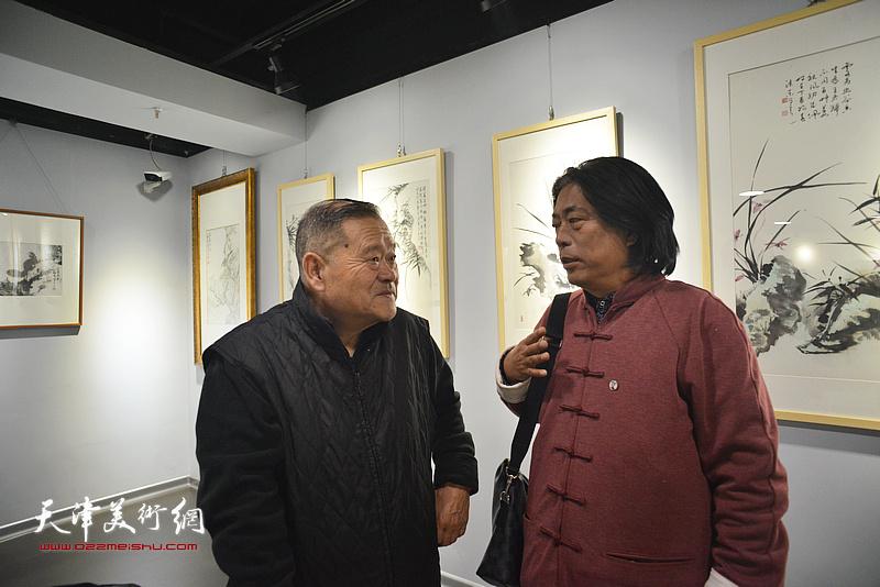 董铁山与宋玉如在画展现场交流。