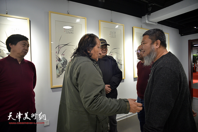 张法东高月冬、沙云怀等在画展现场交流。