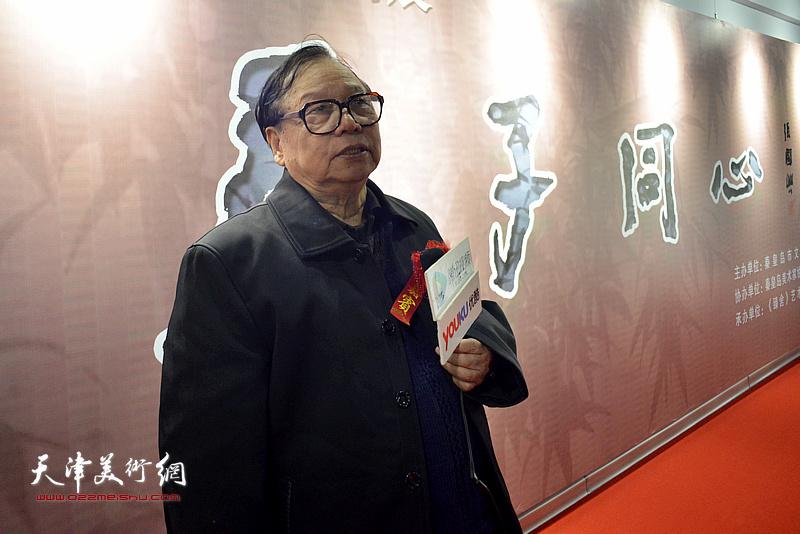 张浦生在画展现场接受媒体的采访。