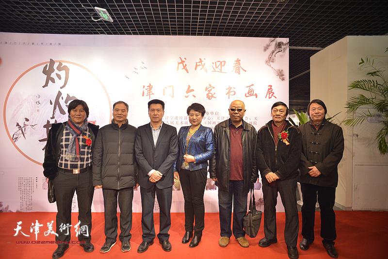 左起:高学年、邢立宏、李岩、王萍、马俊卿、琚俊雄、杨跃泉在书画展现场
