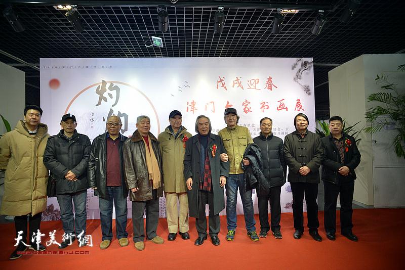左起:王中谋、梁学忠、马俊卿、高杰、戴世隆、霍春阳、张亚光、邢立宏、杨跃泉、张养峰在书画展现场