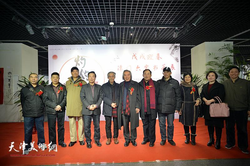 左起:王少玉、张养峰、戴世隆、杨建国、姚景卿、霍春阳、卞昭宏、梁学忠、石伟、赵博、阎维海在书画展现场。