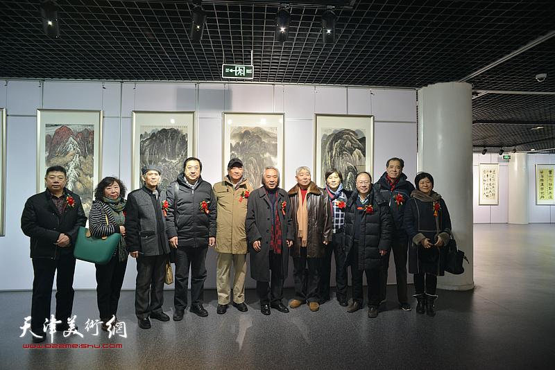 左起:张养峰、焦小红、徐铁志、孙玉河、戴世隆、霍春阳、高杰、高学年、庞黎明、张志连、石伟在书画展现场。