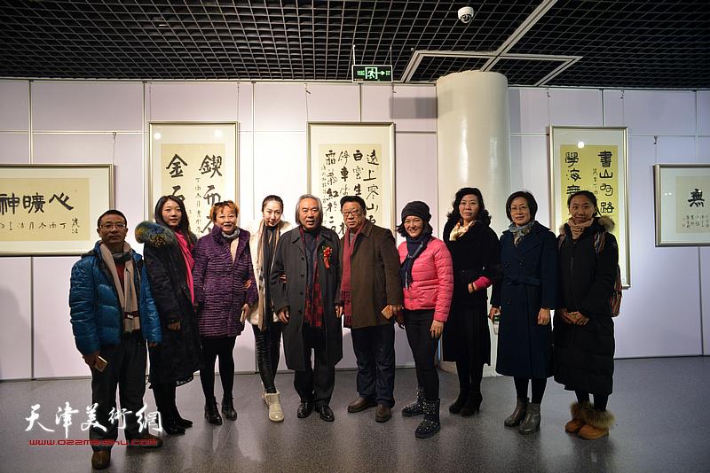 霍春阳与周月庆等书画爱好者在书画展现场。