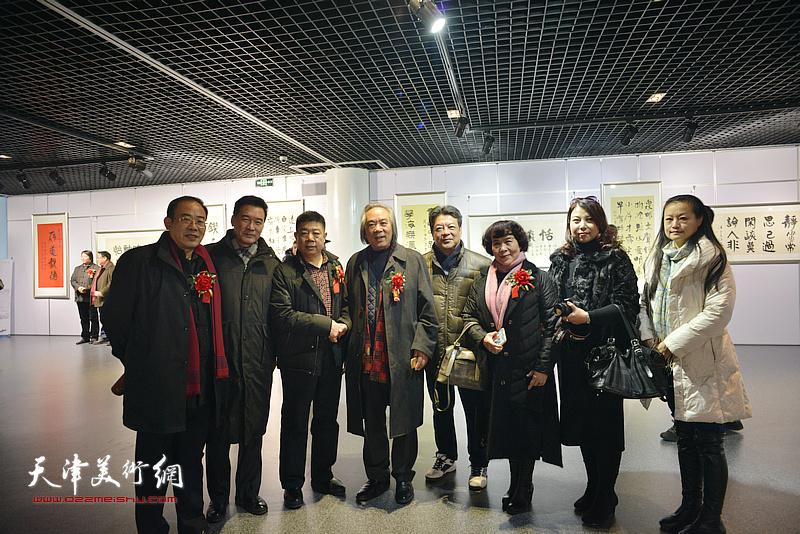 左起:卞昭宏、陈之海、张养峰、霍春阳、李庆林、史玉、张丽、王昕在书画展现场。