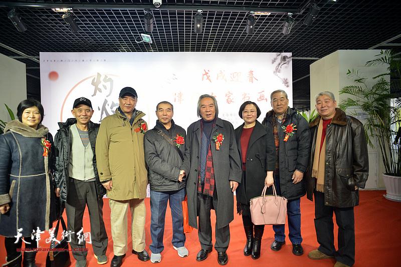 左起:石伟、赵奎生、戴世隆、王少玉、霍春阳、赵博、殷金山、高杰在书画展现场。